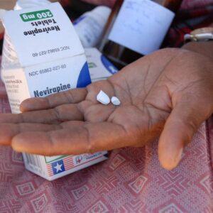 Lesotho, una donna mostra dei farmaci antiretrovirali per combattere l'AIDS. Foto: IRIN/Eva-Lotta Jansson