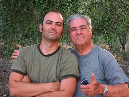 Giuseppe e Gino Taibi davanti agli ulivi della loro azienda agricola di Montaperto, Agrigento