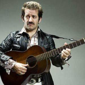 Peppe Voltarelli con la sua chitarra
