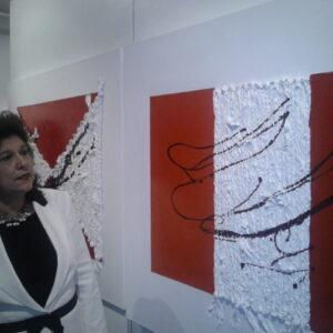 L'artista Lia Calamia e una sua opera alla galleria Agorà di Chelsea