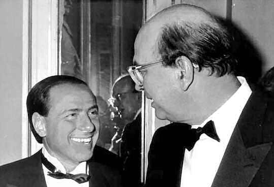 1984: Silvio Berlusconi sorridente saluta il premier Bettino Craxi