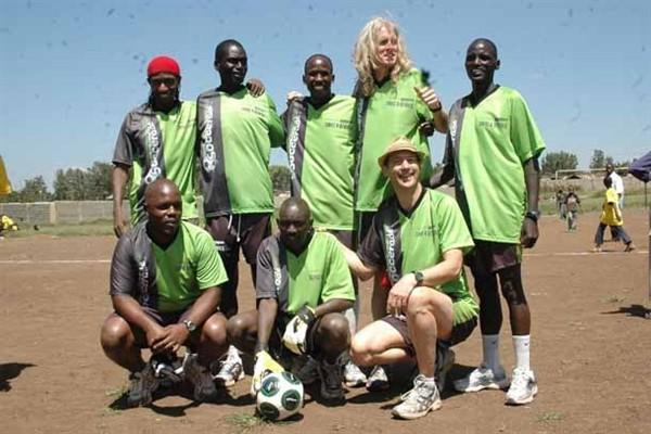 Toby Tanser (in piedi con i capeli biondi) con alcuni ragazzi africani