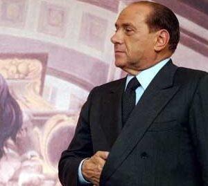 Silvio Berlusconi in posa napoleonica