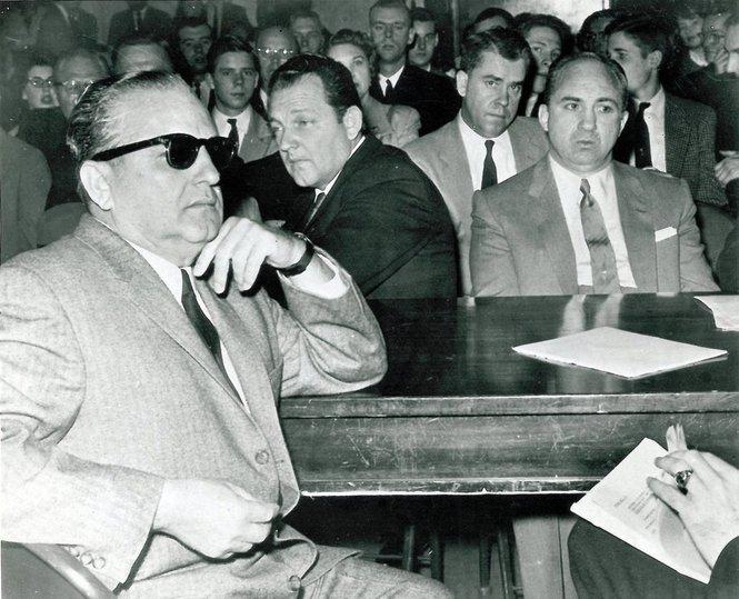 Carlos Marcello, nel 1959, viene interrogato da una Commissione del Congresso che indaga sulla mafia. A metterlo sotto torchio sono John and Robert Kennedy