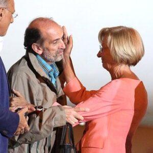 Domenico Quirico appena sceso dall'aereo atterrato a Roma viene accolto con una carezza del ministro degli Esteri Emma Bonino