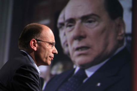 Il premier Enrico Letta e sullo sfondo il leader del PDL Silvio Berlusconi
