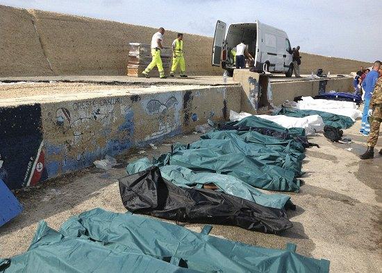 I corpi senza vita dei migranti questa mattina sul molo del porto di Lampedusa