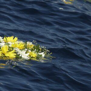 La corona di fiori che Papa Francesco gettò nel mare di Lampedusa lo scorso luglio