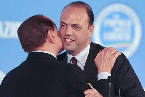 In una foto di non tanto tempo fa, Silvio Berlusconi abbraccia Angelino Alfano