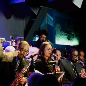 Sharel Cassity (unica donna, al centro) si esibisce al Blue Note con la big band di Jimmy Heath