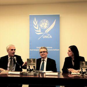 Da sinistra Erol Avdovic, Stefano Vaccara e Pamela Falk mercoledi durante la presentazione del libro al Club dell'UNCA al Palazzo di Vetro (Foto Silvia Forni)