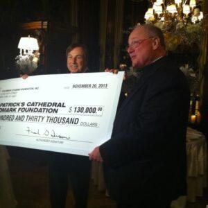 Il cardinale Timothy Dolan riceve da Frank Fusaro il contributo della Columbus Citizens Foundation