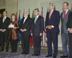 Il Segretario di Stato John Kerry, il ministro degli Esteri iraniano Javad Zarif e gli altri ministri degli Esteri di Cina, Russia, Francia, GB, Germania e UE a Ginevra annunciano l'accordo (AP)