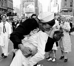 1945: Il famoso bacio a Times Square tra un marinaio e un'infermiera alla fine della guerra