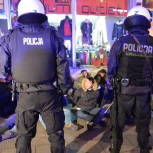 L'arresto dei tifosi della Lazio da parte della polizia di Varsavia