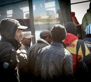 Migranti tunisini salgono su un autobus dopo il loro arrivo a Lampedusa (Foto d'archivio ONU, 2010)
