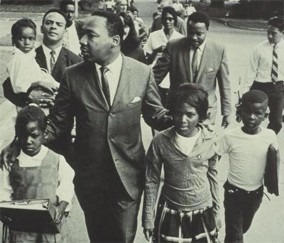 Martin Luther King nel 1966 mentre accompagna a scuola dei bambini