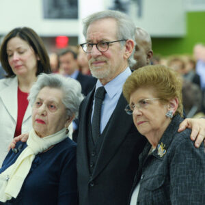 Il regista Steven Spielberg con le sopravvissute all'Olocausto Fira Stukelman (a sin) e Rena Finder, all' International Day of Commemoration in Memory of the Victims of the Holocaust (Foto Onu/Evan Schneider)
