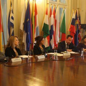 Un momento della conferenza di Atene con gli interventi di Laura Bastianetto e Tommaso Della Longa