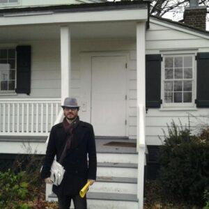 Piero Armanti nel Bronx davanti alla casa di Edgar Allan Poe