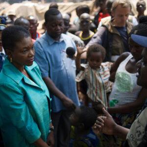 Il Sottosegretario Generale delle Nazioni Unite per gli Affari Umanitari e Coordinatrice dei Soccorsi d'Emergenza, Valerie Amos a Bossangoa, Repubblica Centrafricana - Foto: OCHA/Phil Moore