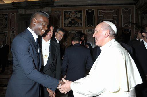 Mario Balotelli con Papa Francesco