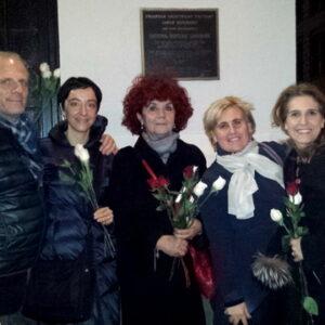 Da sinistra: Stefano Albertini, Lucina Di Meco, Valeria Fedeli, Angela Vitaliano e Maria Luisa Rossi-Hawkins davanti alla targa che ricorda le vittime dell'incendio alla Triangle Shirtwaist Factory