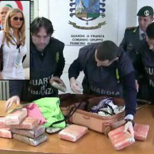 """La droga sequestrata nella valigia di Federica Gagliardi dalla Guardia di Finanzia di Napoli. Nel riquadro a sinistra l'arrivo della """"dama bianca"""" al G8 in Canada con l'ex premier Berlusconi"""