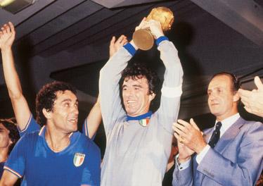 1982: Dino Zoff alza la Coppa del Mondo dopo la magica finale di Madrid contro la Germania vinta dagli Azzurri per 3-1