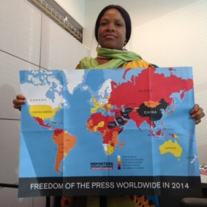 La giornalista liberiana Wade Williams con la mappa di Reporters Without Borders