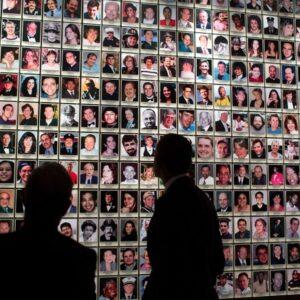 Il Presidente Barack Obama, con l'ex sindaco Michael Bloomberg, osserva le foto delle vittime (Official White House foto by Pete Souza)