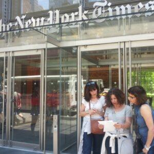 Alcuni dei partecipanti davanti alla sede del New York Times.