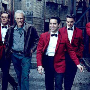 Un'immagine scattata sul set di Jersey Boys con tutti i protagonisti e il regista Clint Eastwood. Vincent Piazza è il secondo da destra. Foto: Annie Leibovitz per Vanity Fair