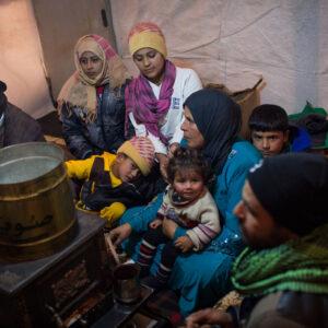 Una famiglia di rifugiati siriani nella Valle della Bekaa in Libano. Foto UNHCR/A. McConnell