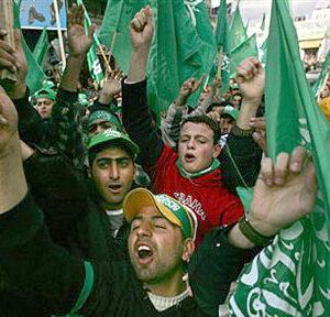Folla di palestinesi festeggia una vittoria elettorale di Hamas