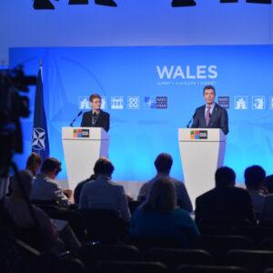 Anders Fogh Rasmussen alla conferenza stampa di chiusura del meeting NATO in Galles. Foto: NATO