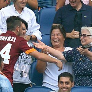 Alessandro Florenzi segna il secondo gol al Cagliari e corre ad abbracciare la nonna in tribuna