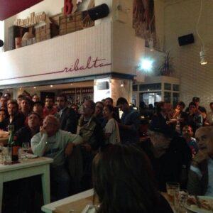 Il pubblico appassionato di A e soprattutto del Napoli alla pizzeria Ribalta del West Village, Manhattan