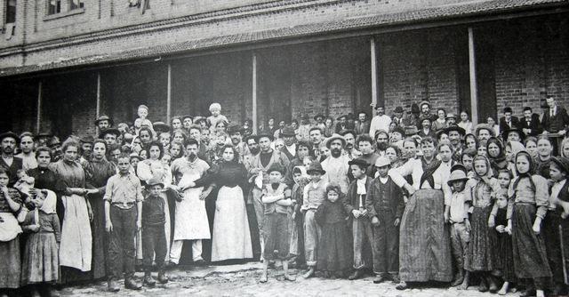 Immigrati italiani in una fabbrica a San Paolo, Brasile