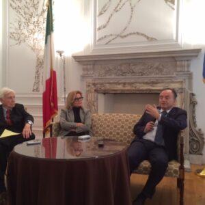 Nicola Gratteri (a destra) con la Console Generale Natalia Quintavalle e il Presidente della Train Foundation, John Train