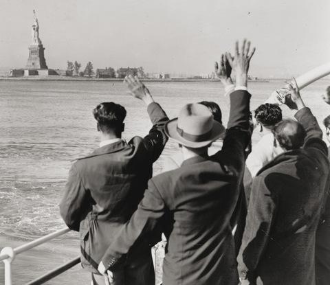 I nuovi immigrati, all'arrivo a New York, salutavano la Statua della Libertà, simbolo di un nuovo inizio