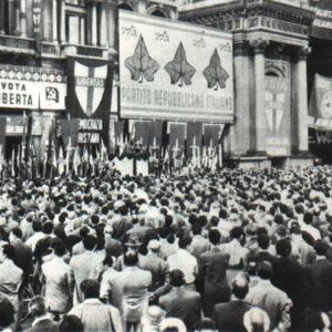 I comizi elettorali in Piazza del Duomo a Milano per le elezioni politiche del 1948