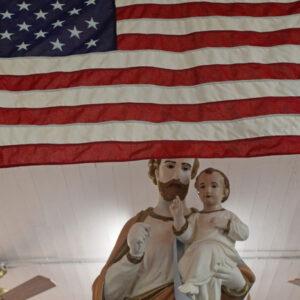 La statua di San Giuseppe fa da sfondo alla Stars and Stripes nell'Independence Italian Cultural Museum
