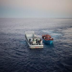 Un'azione della Marina italiana in soccorso a un gruppo di migranti nelle acque del Mediterraneo. Foto: UNHCR/A. D'Amato