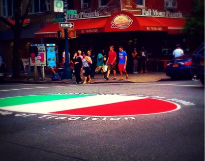 il medaglione tricolore all'incrocio tra Arthur Avenue la East 187th Street, nella Little Italy del Bronx.