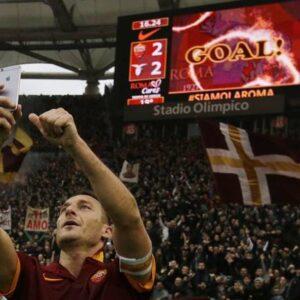 Il capitano della Roma Francesco Totti celebra a modo suo il gol del pareggio