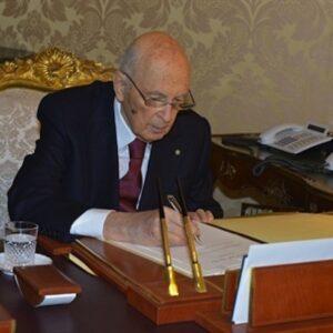 Il Presidente Giorgio Napolitano questa mattina mentre firma la lettera di dimissioni