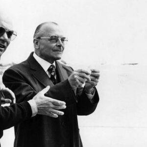 Francesco Rosi (a sinistra) dirige Tino Carraro e Lino Ventura nel film 'Cadaveri eccellenti'