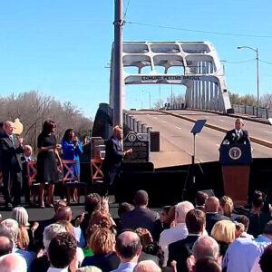 Il presidente Obama parla a Selma, davanti al ponte su cui avvenne il pestaggio 50 anni fa