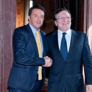 Il capo del governo italiano, Matteo Renzi, con l'ex presidente della Commissione europea, Barroso